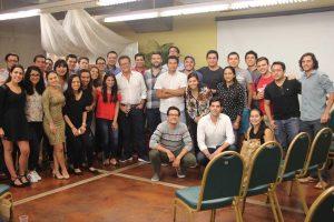 Arturo Cruz con estudiantes del INCAE